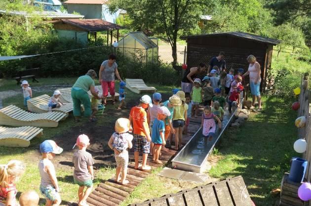 Unter die Füße genommen: Die von zwei Fördervereinen und vielen tatkräftigen Eltern geschaffene neue Wassertretstelle samt Fußpfad und Relax-Liegen haben die Kinder der Kneipp-Kita in Buckow am Donnerstag begeistert eingeweiht © MOZ/Gabriele Rataj